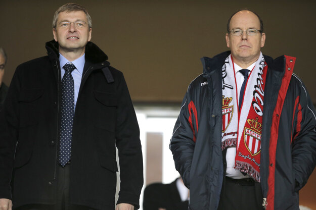 Na snímke z januára 2014 majiteľ futbalového klubu AS Monako Dmitrij Rybolovlev (vľavo) a monacký princ Albert II. pri sledovaní zápasu monackého mužstva.