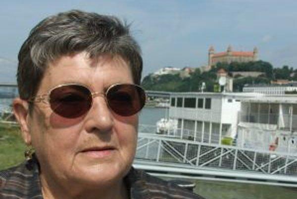 Narodila sa v roku 1942. Vyštudovala Pedagogickú fakultu Univerzity Komenského, doktorát z pedagogiky získala na Filozofickej fakulte. Pred rokom 1989 pracovala ako učiteľka, potom zástupkyňa riaditeľa a nakoniec ako riaditeľka SOU strojárskeho. Vo volebn