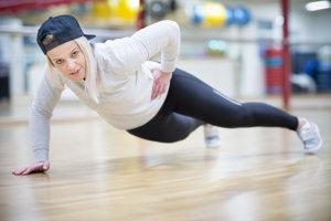 Janka Roziaková vyštudovala Fakultu telesnej výchovy a športu v odbore kondičný tréner vo výkonnostnom a vrcholovom športe. Bývalá reprezentantka Slovenska vo futbale, niekoľko rokov pôsobila ako hráčka na profesionálnej úrovni aj v zahraničí. V súčasnosti pôsobí ako kondičná trénerka.
