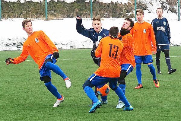 Dolný Kubín (v oranžovom) a Oravská Jasenica (v modrom) predviedli gólové hody.