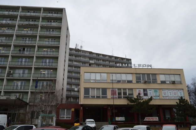 Vľavo je úrad práce, vpravo hotel.