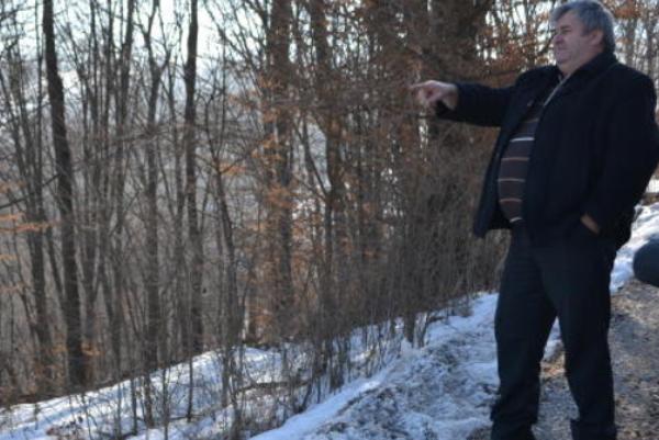 Jaroslav Zvara ukazuje na miesto, kde sú pod snehom ukryté základy domu, vktorom býval Tomáš Uhorčík. Jánošík sem za ním často chodieval.