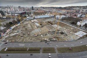 Vlády Roberta Fica (Smer) nezriedka podporujú futbalové štadióny, ktoré patria veľkopodnikateľom. Napríklad Národný futbalový štadión (na snímke), ktorý je vo výstavbe patrí Ivanovi Kmotríkovi.