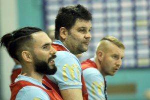 Futsalisti Nitry nevyhrali za 18 kôl ani raz. Zľava Juraj Fuska, hrajúci tréner Anton Suchan a Zoltán Kluka.