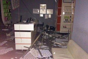 Takto to vyzeralo v prevádzke po páde kazetového stropu.