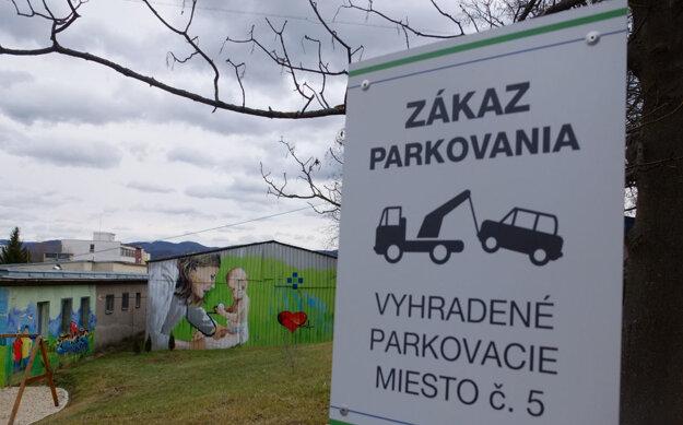 V areáli je aj viacero vyhradených miest, kde návštevníci parkovať nemôžu.
