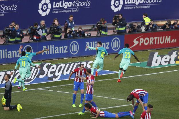 Futbalisti Barcelony oslavujú víťazný Messiho gól.