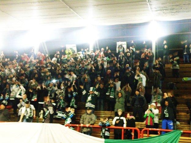 Takto sa tešili novozámockí fanúšikovia zvysokého víťazstva svojich miláčikov nad majstrovskou Nitrou.