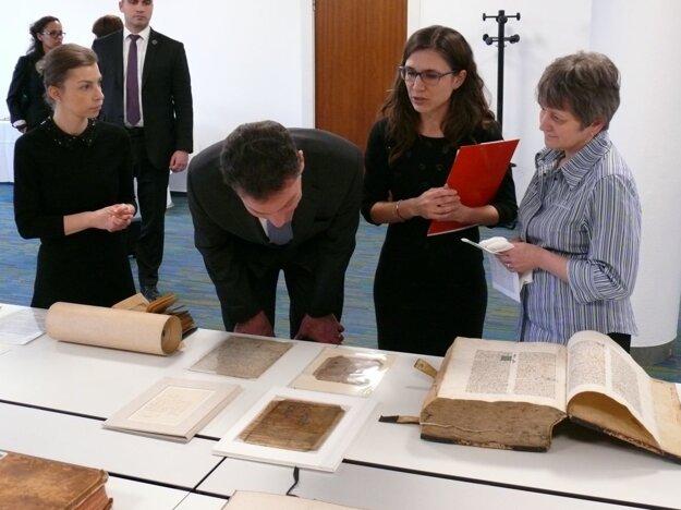 Veľvyslanca USA dokumenty a knihy v SNK zaujali.
