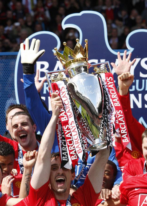 Gary Neville (s trofejou) patrí k legendám klubu Manchester United.