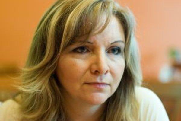 Narodila sa 20. novembra 1962 v Lučenci, pochádza z učiteľskej rodiny. Vyštudovala Chemicko-technologickú fakultu v Bratislave. Po skončení štúdia sa vysťahovala za prvým manželom do Nemecka, kde žila až do roku 1995. Pracovala tam ako chemická analytička