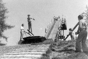 V lete koncom 70-tych rokov na skokanskom mostíku pri múzeu v centre Ružomberka. Vďaka špeciálnej úprave povrchu sa skákalo aj bez snehu. Vľavo tréner Ján Kontúr.