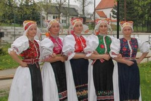 Ženský kroj z Liptovských Sliačov má niekoľko variant.Na fotografii sú kroje typické pre vydaté ženy.