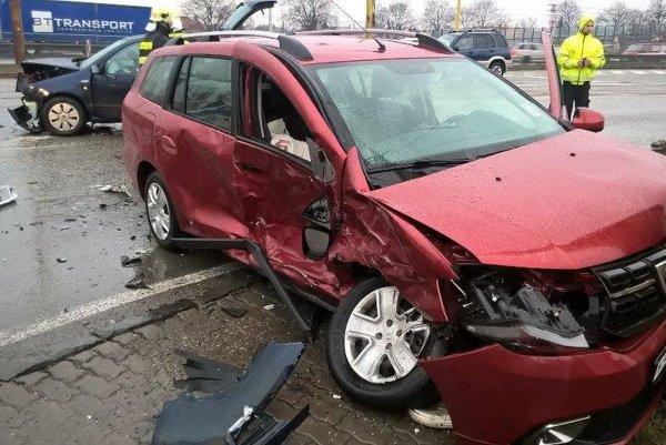 Po zrážke.Obe autá sú zdemolované, posádky skončili vopatere lekárov.