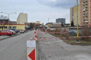 Budovanie parkovísk. EEI tvrdí, že sa do toho môže pustiť až vtedy, keď získa stavebné povolenie ato vraj nejaký čas trvá.