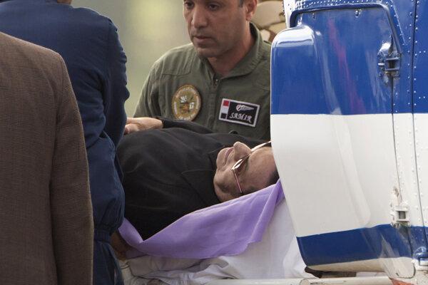 Mubaraka eskortujú z nemocnice, kde bol hospitalizovaný.