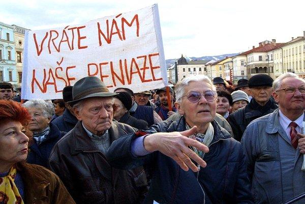 Ľudia uverili, že sa im peniaze vrátia. Na snímke protest poškodených klientov.