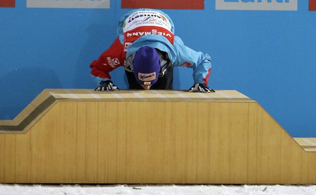 Na snímke rakúsky skokan na lyžiach Stefan Kraft bozkáva stupeň víťazov po tom, ako sa stal dvojnásobným majstrom sveta na MS v severských disciplínach, keď po strednom vyhral aj v súťaži na veľkom mostíku HS-130.
