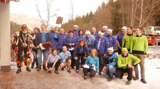 Spoločné foto účastníkov predposlednej otužileckej akcie prebiehajúcej sezóny.
