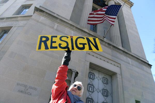Proti Sessionsovi usporiadali američania vo Washingtone prostest.
