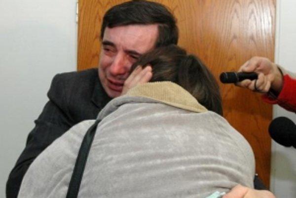 Okresný súd v Spišskej Novej Vsi 19. februára 2007 oslobodil spod obžaloby vodiča autobusu Martina Gumaňa, ktorého autobus sa prevrátil s pútnikmi v roku 2003 do rokliny pri Úhornej. Na snímke obžalovaný s manželkou po vynesení rozsudku.