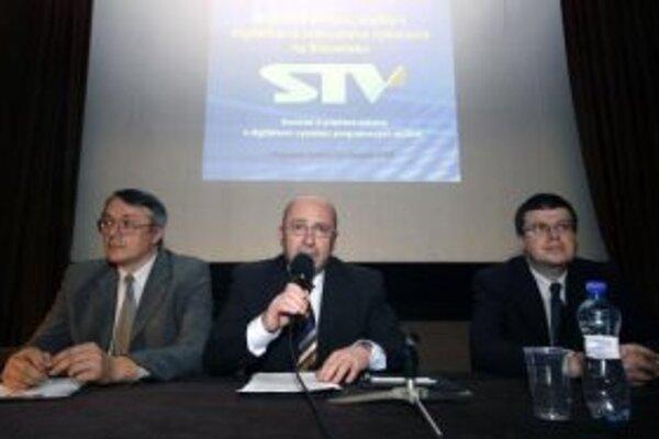 Zľava: programový riaditeľ STV Roman Lipták, generálny riaditeľ STV Radim Hreha a riaditeľ pre strategický rozvoj STV Nikolaj Savický počas prezentácie problematiky verejnoprávneho multiplexu v STV. Bratislava, 12. marec 2007.