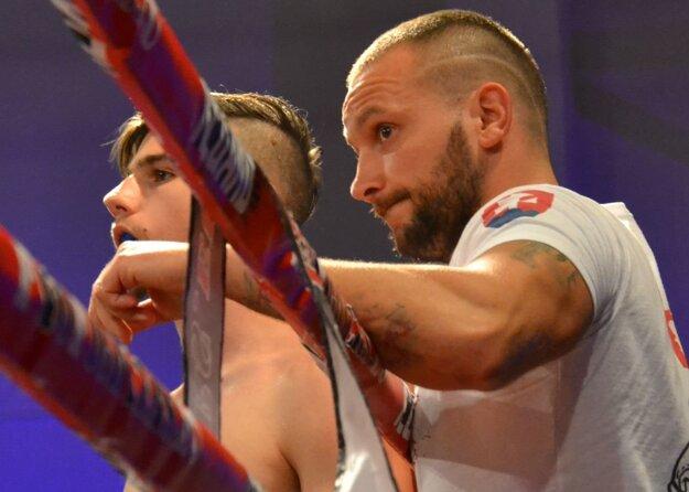 Peter Sitor musí na boje pripraviť aj svojich zverencov. Predstaví sa aj v úlohe trénera.