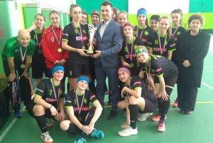 Dievčatá si prebrali pohár za prvé miesto v 1. lige žien.