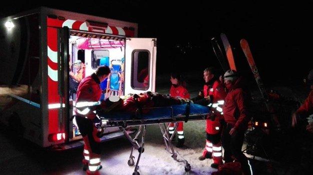 Zraneného horolezca po náročnom transporte naložili do sanitky.