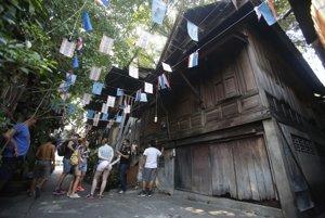 Domy z tíkového dreva postavené v tesnej blízkosti hradieb slúžili v minulosti na ubytovanie palácovej stráže.