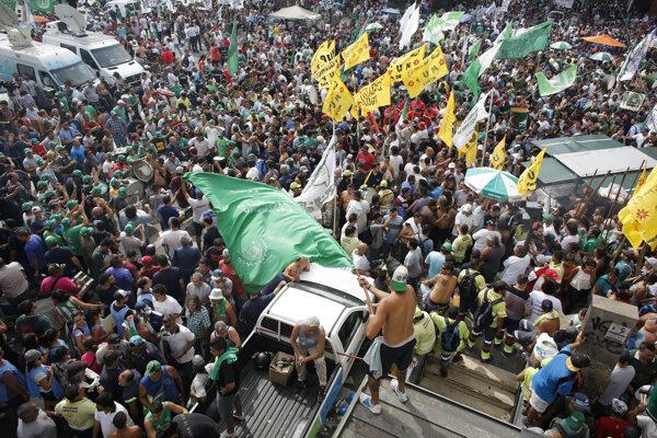 Cieľom protestu je vyjadriť nespokojnosť s nariadeniami vlády prezidenta Mauricia Macriho.