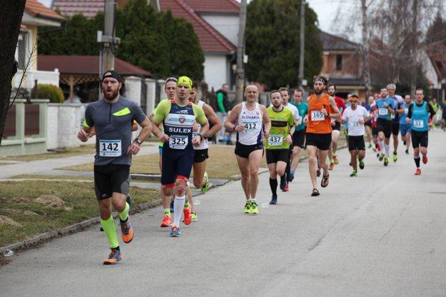 Milan Kazík, kondičný vytrvalec z Prašníka (št. č. 142), si zabehol v Majcichove nový osobný rekord na 10 km (38:59 min).