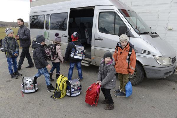 V obci Medzany, okres Prešov, zváža deti do základnej školy obecný autobus.