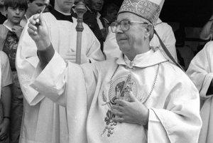 Na archívnej snímke z 11. júla 1990 Cyrilo-metodské dni v Terchovej. Od piatka do nedele 1.7. sa v Terchovej konal I. ročník Cyrilo-metodských dní, ktoré spoločne s Maticou slovenskou poriadali MNV a Rímsko-katolícky farský úrad v Terchovej. Na I. ročníku sa zúčastnil aj nitriansky biskup Ján Korec, ktorý na snímke symbolicky vysväcuje novopostavený dvojitý kríž nad obcou Terchová.
