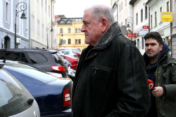 Mečiar vystúpil z auta pred sídlom Slobodného vysielača na Kapitulskej ulici.