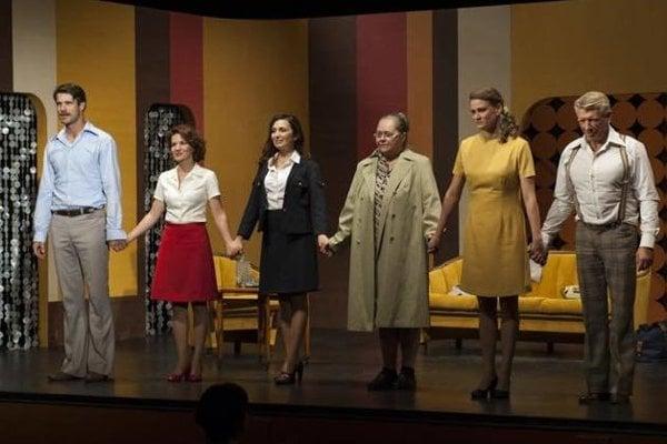 V hre účinkujú zľava Ján Dobrík, Viki Ráková, Henrieta Mičkovicová, Mária Breinerová, Ivana Kubačková a Richard Stanke.