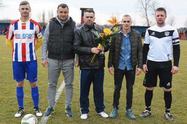 Pred derby v Pate sa domáci klub poďakoval bývalému futbalistovi, trénerovi a funkcionárovi Miroslavovi Hercegovi (v strede) za jeho viac dlhoročnú činnosť v miestnom futbale.