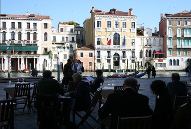 Výhľad na rušné Benátky z terasy reštaurácie Bancogiro.