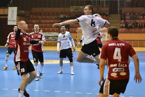 Gólový účet sobotňajšieho zápasu Šaľa – Nové Zámky otvoril dvoma gólmi Matúš Hriňák (pri lopte). Po zápase však boli šťastnejší domáci.