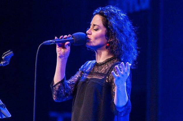 Lucia Šoralová. Speváčka už roky vystupuje s kapelou La Alma, na turné si však prizvala aj  kapelu Nerez. V Košiciach svoju tvorbu predstaví 3. apríla v Historickej radnici.