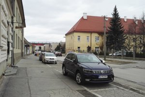 Na Halenárskej sa v súčasnosti parkuje pozdĺžne. Sídli tam viacero prevádzok.