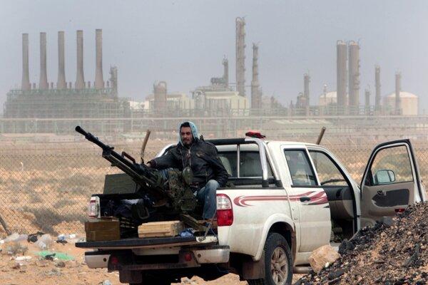 Islamský militant v oblasti ropnej rafinérie v Ras Lánúf.