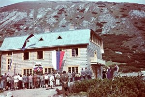 Jedna z mála fotografií zo 4. októbra 1942. Zachytáva vysvätenie Kežmarskej chaty.
