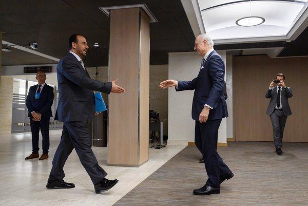 Vyslanec OSN De Mistura (vpravo) zdraví sýrskeho opozíčného vyjednávača pred rokovaním v Astane. Na nové kolo rokovaní opozícia nepricestovala.