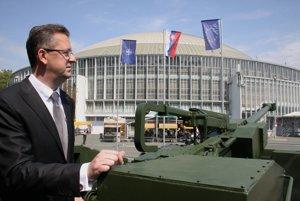 Minister obrany SR Martin Glváč dnes v Brne navštívil medzinárodný veľtrh obrannej a bezpečnostnej techniky IDET 2015. Počas otvorenia veľtrhu šéf rezortu obrany Glváč slávnostne odhalil novú ľahkú vezenú húfnicu EVA.