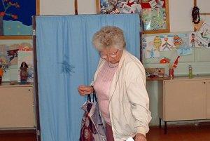 Volička hlasuje v jednej z volebných miestností v Komárne v referende 16. mája 2003.