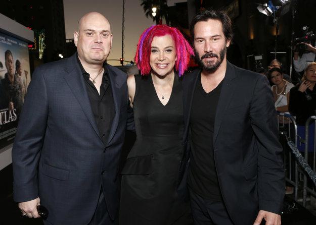 Keanu Reeves a režiséri Wachowski na snímke z roku 2012. V strede je Lana a vľavo vtedy Andy, dnes už Lilly.