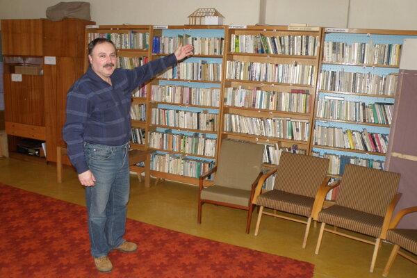Starosta Podhradie Ľudovít Michalovič ukazuje na knihy, ktoré zostali v niekdajšej knižnici.