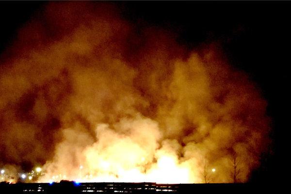 Obrovské plamene. Iba niekoľko metrov za nimi je U. S. Steel.