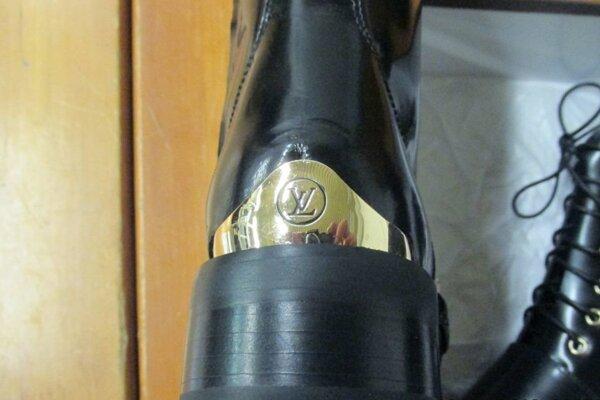 Medzi napodobeninami značkového tovaru našli colníci i obuv.